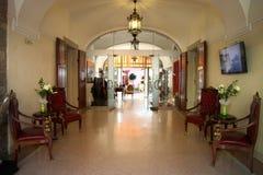 布达佩斯- 6月27 :有老旅馆扶手椅子的进入大厅  图库摄影