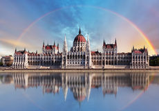 布达佩斯- Parliament.with反射在多瑙河 库存图片
