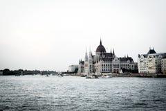 布达佩斯` s在河成为不饱和的多瑙河的议会大厦 免版税库存照片