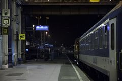布达佩斯Nyugati palyaudvar火车站的平台在与一列晚上火车的晚上准备好离开 免版税库存图片