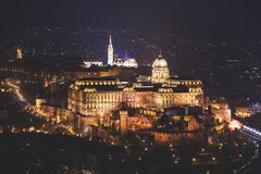布达城堡、历史城堡和匈牙利国王的宫殿复合体夜视图在布达佩斯,匈牙利 库存图片