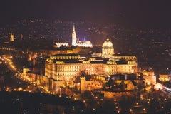 布达城堡、历史城堡和匈牙利国王的宫殿复合体夜视图在布达佩斯,匈牙利 免版税图库摄影