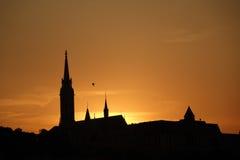 布达城堡区剪影在日落期间的 库存图片