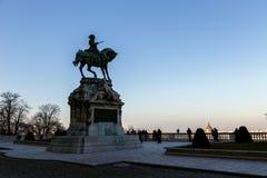 布达城堡和开胃菜的尤金王子雕象  免版税图库摄影