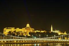 布达城堡和渔夫本营在夜之前,布达佩斯 免版税库存图片