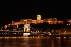 布达城堡和铁锁式桥梁在晚上 库存照片