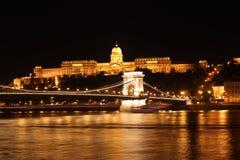 布达城堡和铁锁式桥梁在晚上 免版税图库摄影
