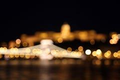 布达城堡和铁锁式桥梁在晚上 库存图片