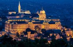 布达城堡在微明的布达佩斯 库存照片