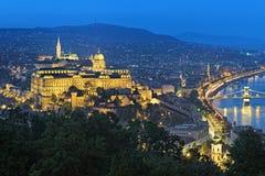 布达城堡的晚上视图在布达佩斯,匈牙利 免版税图库摄影