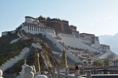 布达拉宫和山在西藏 图库摄影