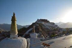 布达拉宫和街道在西藏 免版税库存图片