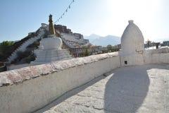 布达拉宫和街道在西藏 免版税图库摄影