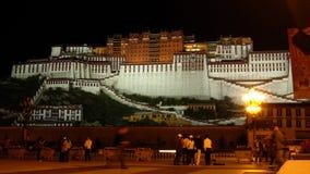 布达拉宫在晚上 免版税库存图片