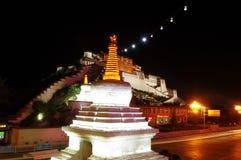 布达拉宫在晚上 免版税图库摄影