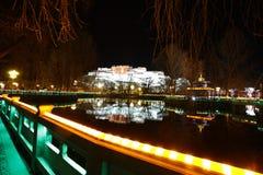 布达拉宫夜扫视  免版税图库摄影