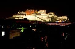 布达拉宫夜 免版税图库摄影