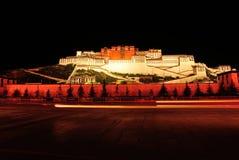 布达拉宫,西藏夜场面  免版税库存图片