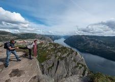 布道台,挪威- 2015年8月31日:使用在布道台边缘的游人 一多数populat地方在挪威 免版税图库摄影