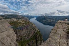 布道台,挪威- 2015年8月31日:坐在布道台边缘的游人 一多数populat地方在挪威 库存图片