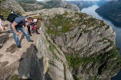 布道台,挪威- 2015年8月31日:站立在布道台边缘的游人 一多数populat地方在挪威 库存照片