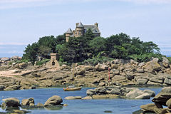 布里坦尼城堡在ploumanach r s附近的大别墅肋&#21 库存图片