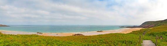 布里坦尼概略的岩石沿海全景风景有多云天空的 库存图片