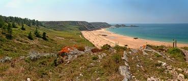 布里坦尼概略的岩石沿海全景风景有蓝天的 免版税库存照片
