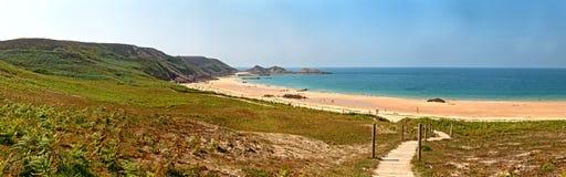 布里坦尼概略的岩石沿海全景风景有蓝天的 库存图片