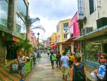 布里季敦,巴巴多斯- 2016年5月11日:在布里季敦,巴巴多斯街市的街道  免版税库存照片