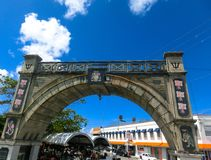 布里季敦,巴巴多斯- 2016年5月11日:在布里季敦,巴巴多斯街市的街道  库存图片