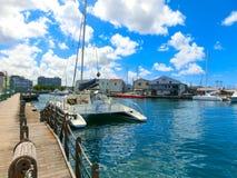 布里季敦,巴巴多斯- 2016年5月11日:布里季敦,巴巴多斯街市小游艇船坞  免版税库存图片