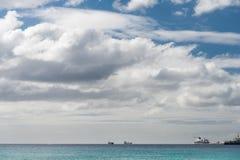 布里季敦,巴巴多斯- 2014年3月18日:海洋水在巴巴多斯和巡航划线员终端在背景中与巡航划线员 库存照片