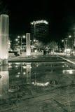 布里斯托尔市中心喷泉和Colston在夜之前耸立 库存图片