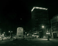 布里斯托尔市中心战争纪念建筑和Colston在夜之前耸立 库存图片