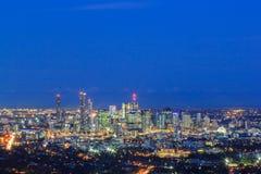 布里斯班市的夜视图从登上老傻瓜tha的 免版税库存照片