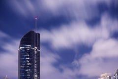 布里斯班,澳大利亚-星期六2017年11月25日, :布里斯班市摩天大楼看法在与云彩的晚上 免版税库存图片