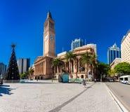 布里斯班, AUS - 2015年12月11日:观点的香港大会堂和乔治S国王 免版税库存照片
