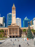 布里斯班, AUS - 2015年12月11日:香港大会堂看法在有圣诞树的布里斯班 免版税图库摄影