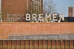 布里曼、德国- 2017年11月25日, -大金属标志说欢迎到布里曼用德语,英语,西班牙语和法语 库存图片