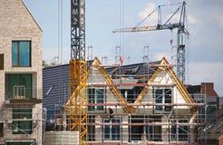 布里曼、德国- 2017年9月14日, -有起重机、脚手架和居民住房的建造场所 图库摄影
