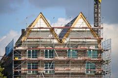 布里曼、德国- 2017年9月14日, -有起重机、脚手架和居民住房的建造场所 免版税库存照片