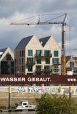 布里曼、德国- 2017年9月14日, -河沿有起重机,部分和充分地完整居民住房的建造场所 免版税图库摄影