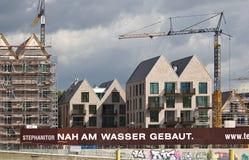 布里曼、德国- 2017年9月14日, -河沿有起重机,部分和充分地完整居民住房的建造场所 库存图片
