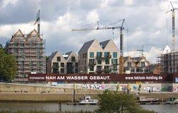 布里曼、德国- 2017年9月14日, -河沿有起重机,部分和充分地完整居民住房的建造场所 免版税库存照片