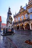 布里曼罗兰特雕象和老城镇厅在集市广场 库存照片