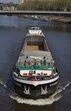 布里曼,德国- 2018年4月27日, -一艘近海船的正面图在河朝向将观察者指向的Weser的 图库摄影