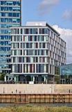 布里曼,德国- 2017年9月14日, -与江边边路的现代旅馆大厦 免版税图库摄影