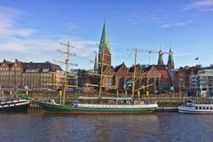布里曼,德国- 2017年11月23日, -前风帆教练船亚历山大・冯・洪堡在她的在河Weser的停泊有S的 库存图片