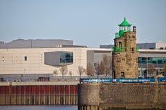 布里曼,德国- 2017年11月6日, -在一个石码头的散石灯塔在与江边购物的海港入口 图库摄影